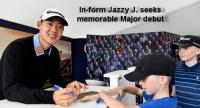 Jazz Janewattananond signs autograph for junior fans.  (Asian Tour Photo)