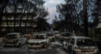 This photo taken on July 24, 2018 show cars burnt following a wildfire at the village of Mati, near Athens, on July 24, 2018. // AFP PHOTO