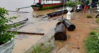 The overflowing Mekong River sends floodwaters to many parts of Ubon Ratchathani , damaging farmland and swamping houses. As the wet season continues Mekong River water levels are rising towards dangerous levels as they increase by 50-90 cm a day.