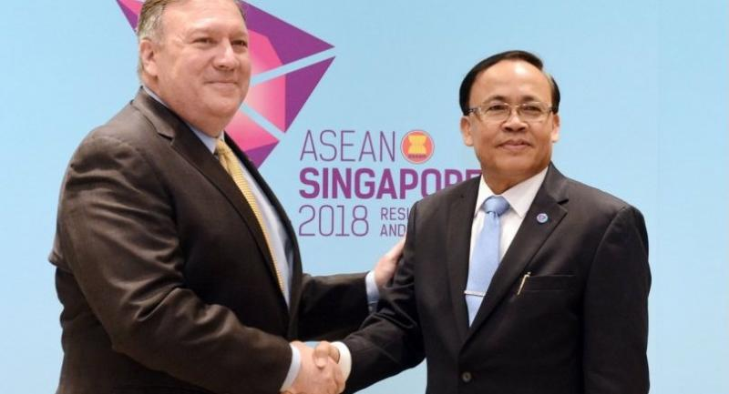 US State Secretary Mike Pompeo (L) shakes hands with Myanmar's Union Minister for International Cooperation Kyaw Tin on the sidelines of the 51st ASEAN Ministerial Meeting (AMM) in Singapore on August 4, 2018./AFP