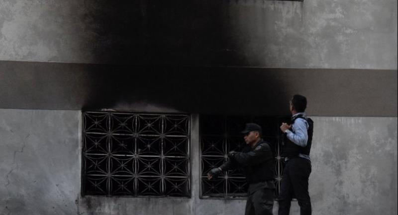 Security forces check a building after an explosion was heard during a ceremony attended by Venezuelan President Nicolas Maduro in support of the National Guard in Caracas on August 4, 2018. // AFP PHOTO