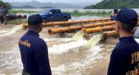 Officials in Petchaburi install pumps to drain water from the reservoir of the Kraeng Krachan Dam amid concerns that disaster was looming.