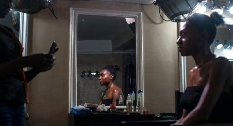 A beautician applies a skin toning treatment on a woman at a beauty salon in Lagos on July 13.//AFP