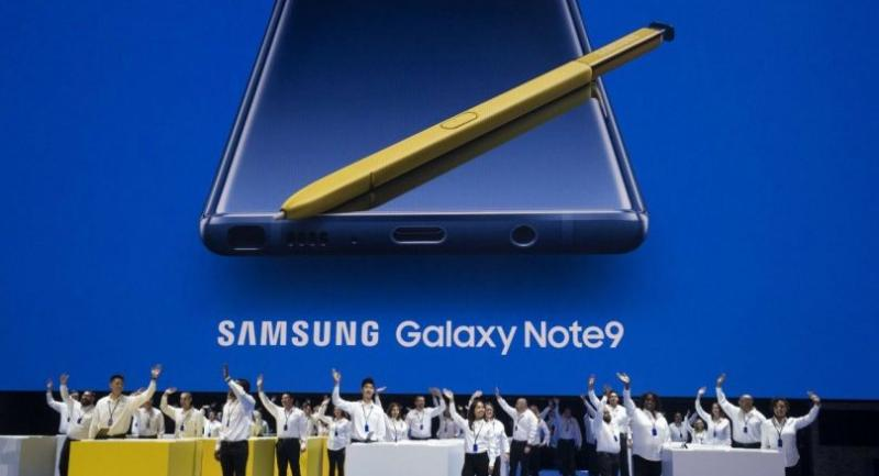 Samsung employees wave as they introduce the new Samsung Galaxy Note 9 smartphone at the Barclays Center, August 9, 2018 in the Brooklyn borough of New York City./AFP