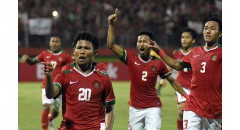 Indonesian Bagus Kahfi (left) celebrates after making a goal in an AFF Under-16 Championship soccer semifinal match against Malaysia at Delta Stadium in Sidoarjo, East Java, on Thursday. Indonesia won 1-0.