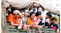 Cambodian workers at the Poipet border return from Thailand in 2014.//Sreng Meng Srun