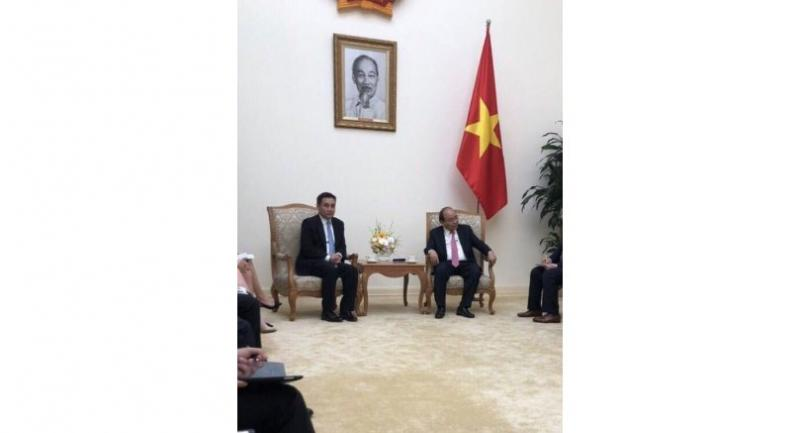 Vietnamese Prime Minister Nguyen Thanh Phuc, right, discusses the investment environment with Sarath Ratanavadi, Gulf Energy Development's founder and CEO. (Photo: chinhphu.vn)