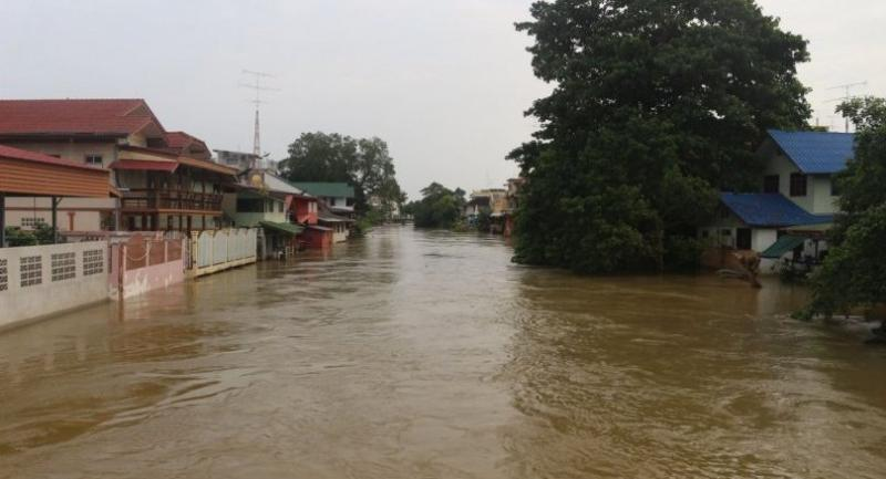 The Phetchaburi River yesterday inundated Phetchaburi's Muang district as the upstream Kaeng Krachan Dam released water after reaching 109 per cent of its capacity.