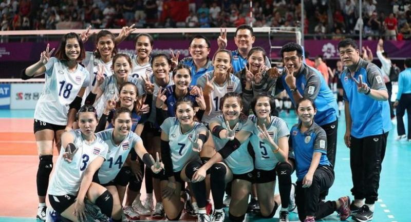 The national volleyball's team pose for photographers after the final.