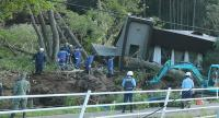 Police and rescue workers search for survivors from a house that was damaged by a landslide caused by an earthquake in Atsuma town in Hokkaido prefecture on September 6, 2018.// JIJI PRESS / AFP