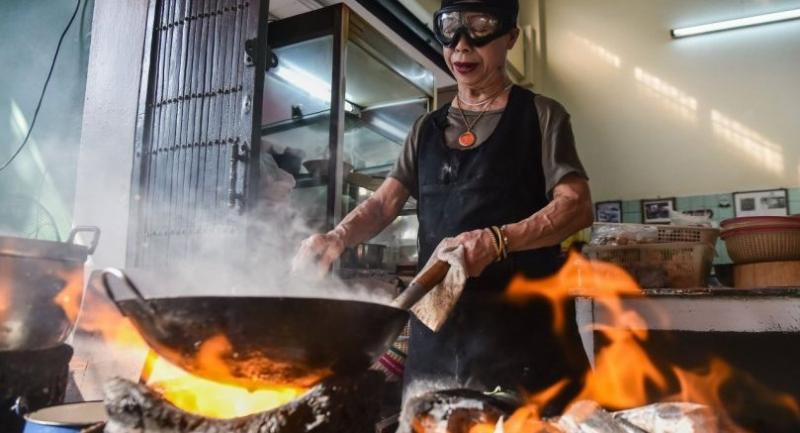 Jae Fai prepares her Michelin-star winning crabmeat omelette. Photo/The Nation