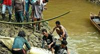 Mauled to death: Local residents prepare to cut open the stomach of a crocodile presumed to have killed a villager in Marukangan village, Sandaran subdistrict, East Kutai, East Kalimantan. (Courtesy of the Sangkulirang Police/File)