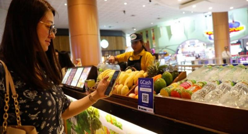 A customer tries electronic payment in a supermarket in Manila, the Philippines. [Photo provided to China Daily]