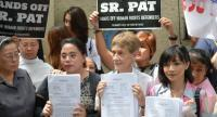 File photo : Australian Catholic nun Sister Patricia Fox is flanked by her lawyers Sol Taule (R) and Catherine Panguban (L) after submitting documents for her appeal at the Department of Justice in Manila on September 3.//AFP