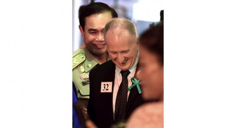 British diver Vernon Unsworth (C) attend a thanksgiving reception with PM Prayut Chan-o-cha (L) in Bangkok on September 6, 2018 for the successful rescue by Thai and foreign volunteers on the 12 boys and their coach out of a flooded cave./AFP