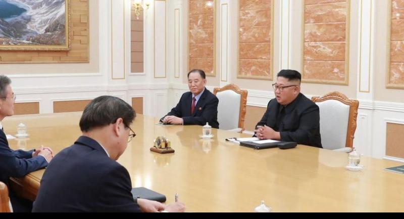 This picture taken on September 18, 2018 and released by Korean Central News Agency (KCNA) via KNS shows North Korean leader Kim Jong Un (2nd R) talking with South Korean President Moon Jae-in (2nd L) during their summit./AFP