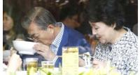 South Korean President Moon Jae-in (left) and his wife Kim Jung-sook (right) have pho at a local Vietnamese restaurant during his state visit to Vietnam back in March. (Yonhap)
