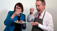 Australian Opposition Leader Bill Shorten (L) and Labor MP Susan Templeman (R) eat strawberry pancakes, amid ongoing cases of fruit contamination.//AFP