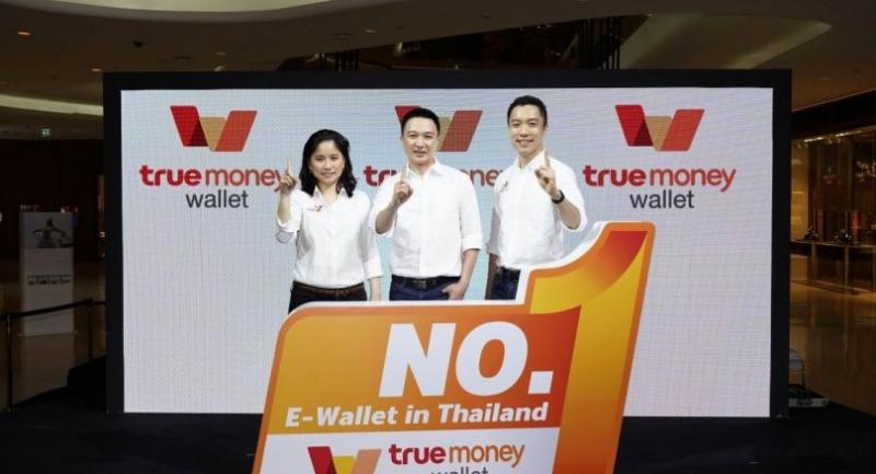 Ascend Money co-presidents Monsinee Nakapanant, left, and Tanyapong Thamavaranukupt, centre, join Teerawat Tilokskulchai, managing director of TrueMoney (Thailand), to demonstrate the TrueMoney platform, and announce the company's market direction.