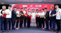 Sports Authority of Thailand governor Gongsak Yodmani, middle (light trousers), with A.P. Honda racers and representatives.