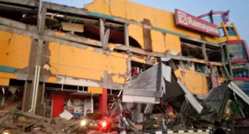 This handout photograph taken and released on September 28 by Indonesia's National Agency for Disaster Management (BNPB) shows a collapsed shopping mall in Palu, Central Sulawesi, after a strong earthquake hit the area.//AFP