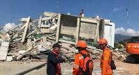 ndonesian rescuers work on the collapsed hotel Roa Roa as they try to find survivors in Palu, central Sulawesi, Indonesia, October 1.//EPA-EFE
