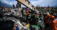 Indonesian rescuers recover bodies from the debris at Perumnas Balaroa village in Palu in Central Sulawesi on October 6, 2018, following the September 28 earthquake and tsunami./AFP