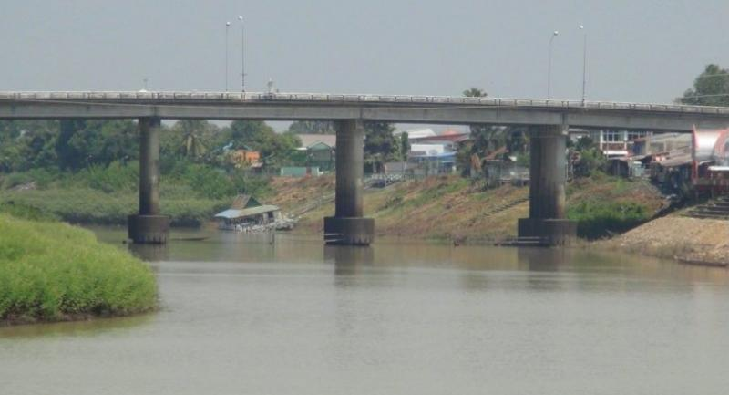 The Mun River passing through Buri Ram's Satuek district is running much lower than usual yesterday due to drought, exposing the bottom section of the bridge's pillars.