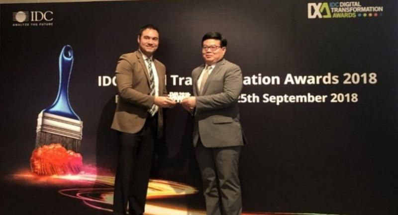 Sarayuth , right, receives the IDC award on behalf of the group.