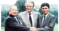 The late King Norodom Sihanouk shook hands together with Prime Minister Hun Sen after the Paris Accords.//AFP