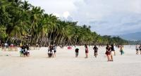 People frolic at the beach in the island of Boracay, Philippines, on October 16.//EPA-EFE