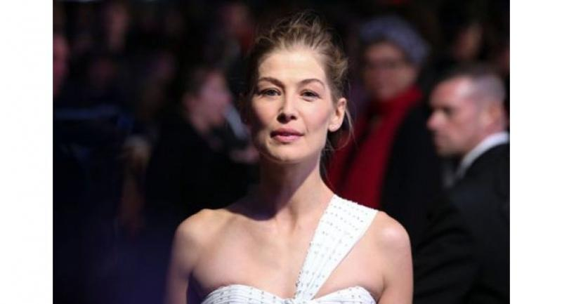 British actress Rosamund Pike plays the legendary war correspondent Marie Colvin in the new film.