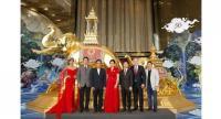 Panchanok Jitchinakul of Siamgems Heritage, centre, greets Miss Thailand World Nicolene Pichapa-Limsnukan, Prommate Nathornthong of the Tourism Authority, third left, and Kreingkrai Kanjanapokin of Index Creative Village.