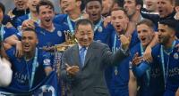 Leicester City's owner Vichai Srivaddhanaprabha (C) reacts after lifting the Premier League trophy after the English Premier League match between Leicester City and Everton at the King Power Stadium Leicester in Leicester, Britain, on Maly 7./EPA-EFE