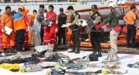Indonesian rescue team members collecting the remains of the crashed plane at Tanjung Priok Harbour, Indonesia, October 29.//EPA-EFE