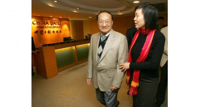 Louis Cha, left, tours around the office of China Daily Hong Kong Edition in March 2005. (EDMOND TANG / CHINA DAILY)