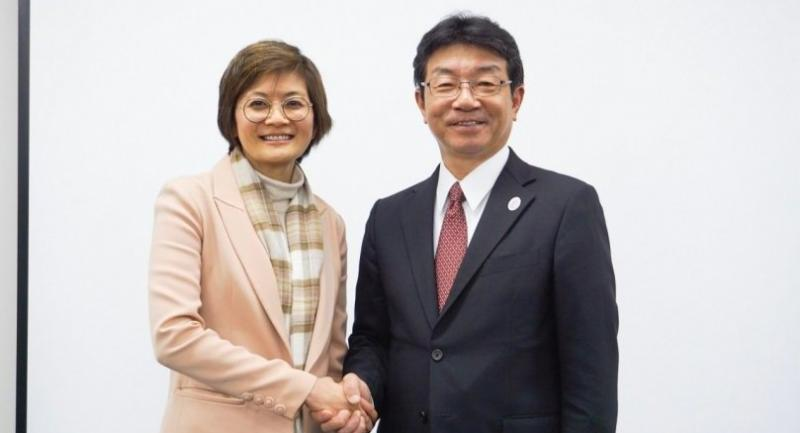 cation: Kedsara Tanyalakpak,  vice president of Sena Development (left) and Tsuneo Wakabayashi, president of Hankyu Hanshin Properties Corporation (right) at the press conference in Osaka, Japan.