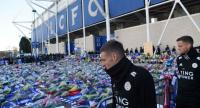 Leicester City's English striker Jamie Vardy looks at the floral tributes left to the victims of the helicopter crash which killed Leicester City's Thai chairman Vichai Srivaddhanaprabha, outside Leicester City Football Club's King Power Stadium./AFP