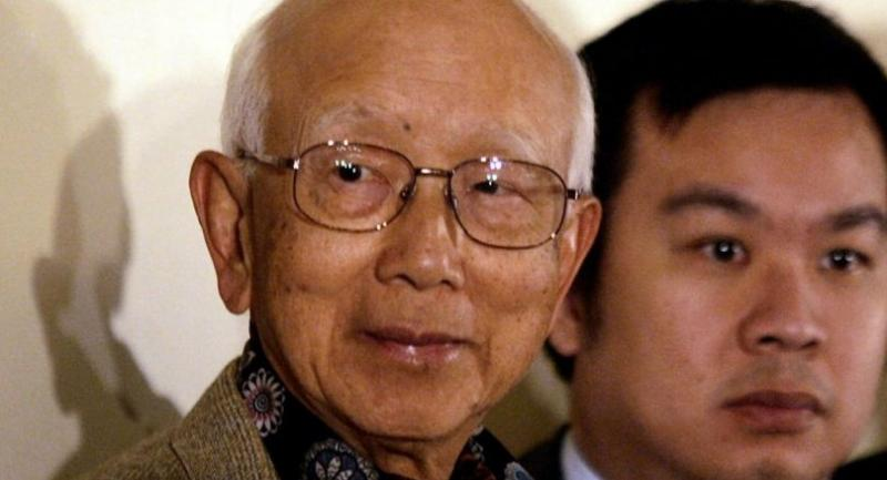 In this file photo taken on February 17, 2005, film producer Raymond Chow (L) attends a press conference on piracy where he and other industry officials jointly signed a document on copyright law in Hong Kong./AFP