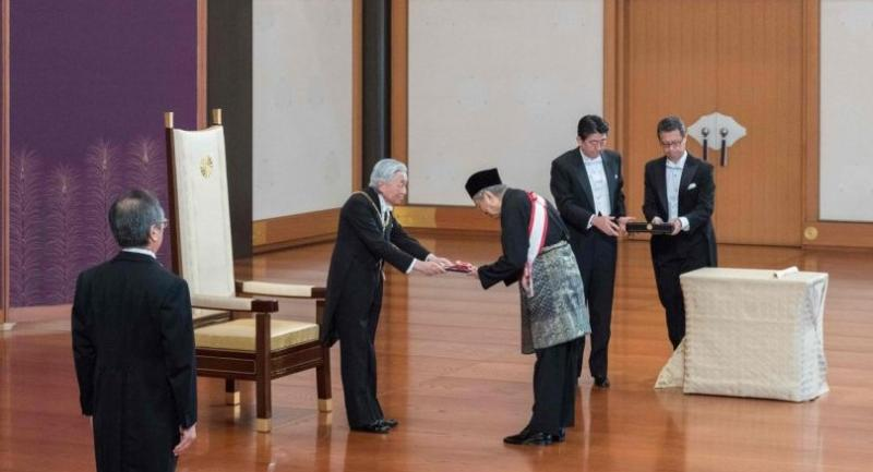Photo released by Japan's Imperial Household Agency on Nov 6 shows Japan's Emperor Akihito (2nd L) presenting the Grand Cordon of the Paulownia Flowers to Malaysia's PM Mahathir Mohamad (C) during a ceremony at the Imperial Palace in Tokyo.//AFP