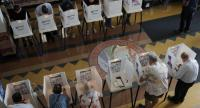 Voters mark their ballots at the Santa Monica City Hall polling station in the 2018 midterm general election in Santa Monica, California, USA on November 8.//EPA-EFE