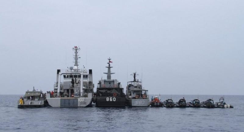 Indonesian navy ships line up during their last day of search operation of the ill-fated Lion Air flight JT 610 victims and debris on the waters off Karawang, on November 7, 2018./AFP