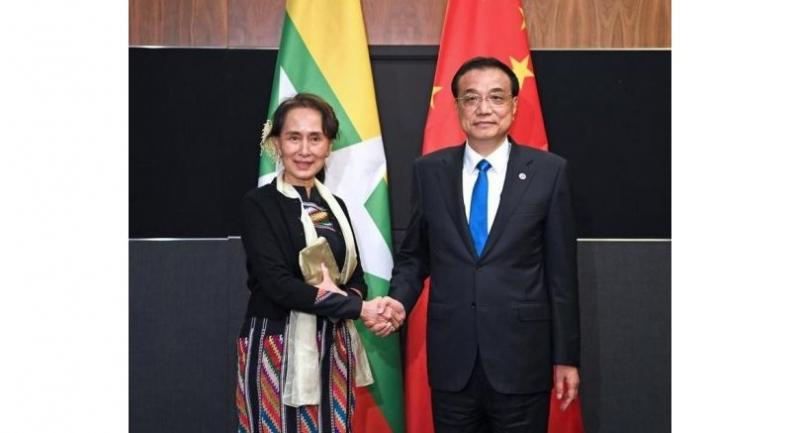 Chinese Premier Li Keqiang meets with Myanmar's State Counselor Aung San Suu Kyi in Singapore, on Nov 15, 2018. (ZHANG LING / XINHUA)