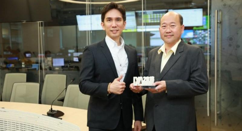 Gwynpong, left, and Issara show the IDC award.
