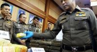 Royal Thai National Police deputy chief Lieutenant General Chalermkiat Srivorakhan (R) inspects seized drugs during a press conference in Bangkok on November 23, 2018./AFP