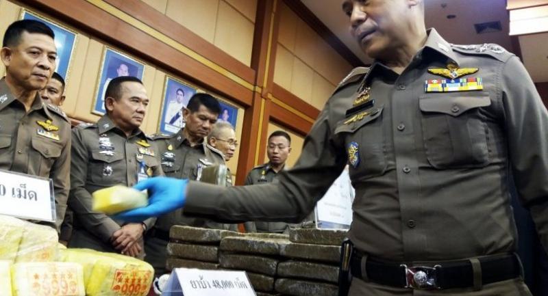 Royal Thai National Police deputy chief Lieutenant General Chalermkiat Srivorakhan (R) inspects seized drugs during a press conference in Bangkok on November 23, 2018./AFP