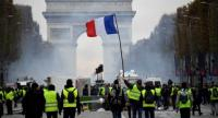 Yellow vest (Gilet jaune) protestors hold a French flag on the Champs Elysees in Paris, on November 24, 2018 during a protest against rising oil prices and living costs. /AFP