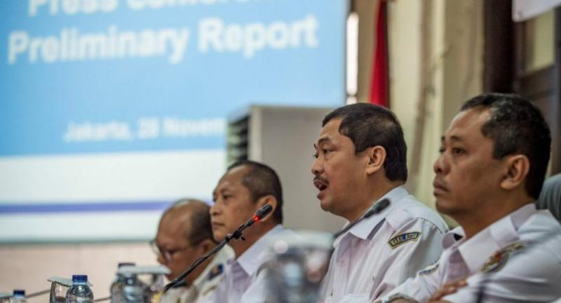 Indonesia's National Transportation Safety Commission's (KNKT) deputy head Haryo Satmiko (2nd R) delivers a preliminary report on Lion Air flight JT 610 during a press conference in Jakarta on November 28, 2018./AFP