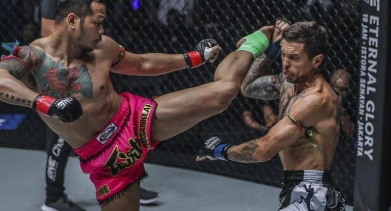 Yodsanklai IWE Fairtex blasts a kick to Luis Regis of Australia.