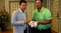 Kiradech Aphibarnrat presents a garland to Boon Rawd Brewery CEO Santi Birombhakdi.